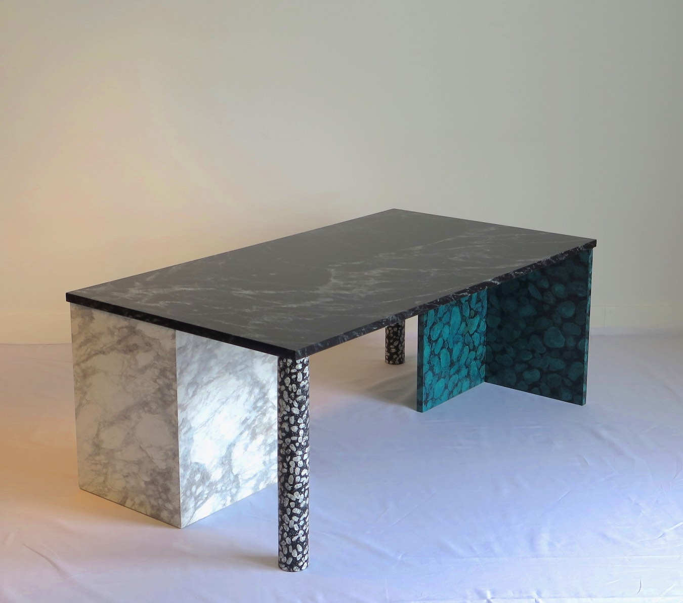 table basse customis e avec faux marbre et faux terrazzo studio julien gautier. Black Bedroom Furniture Sets. Home Design Ideas