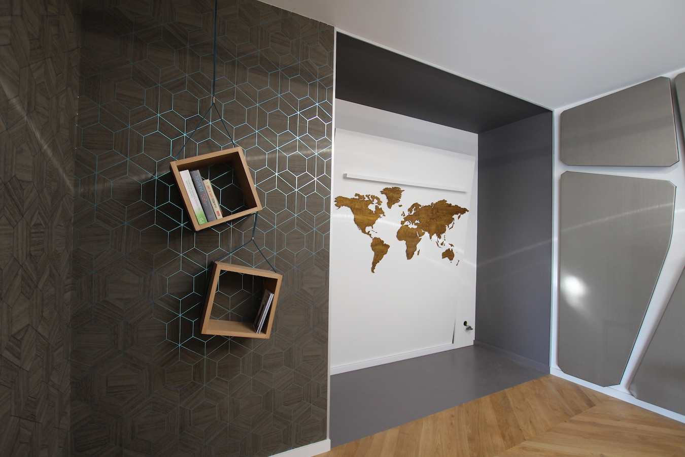 Carte mappemonde métal peinte en faux bois