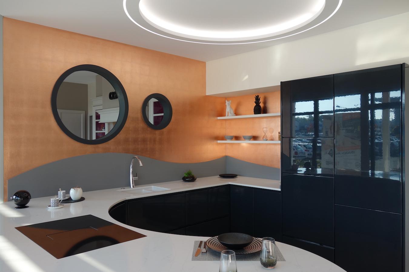 Décoration feuilles de cuivres sur murs cuisine
