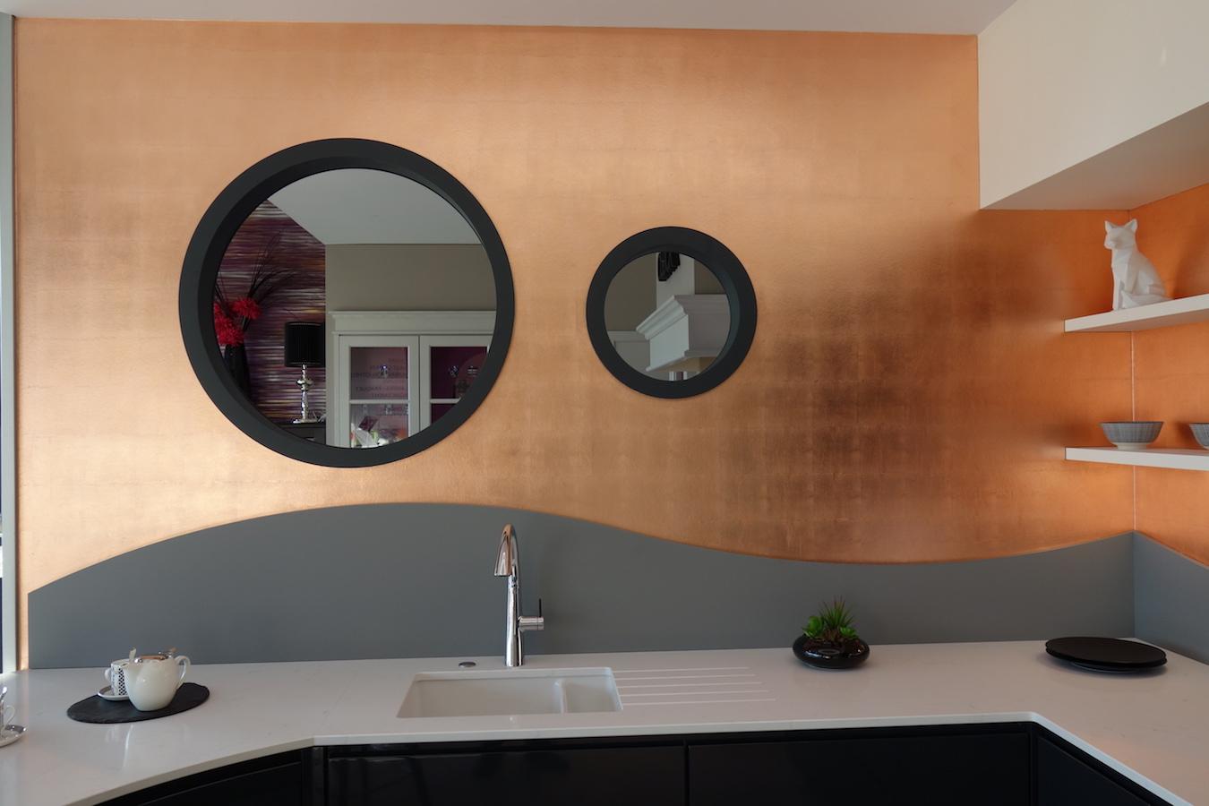 Dorure feuilles de cuivre sur murs de cuisine
