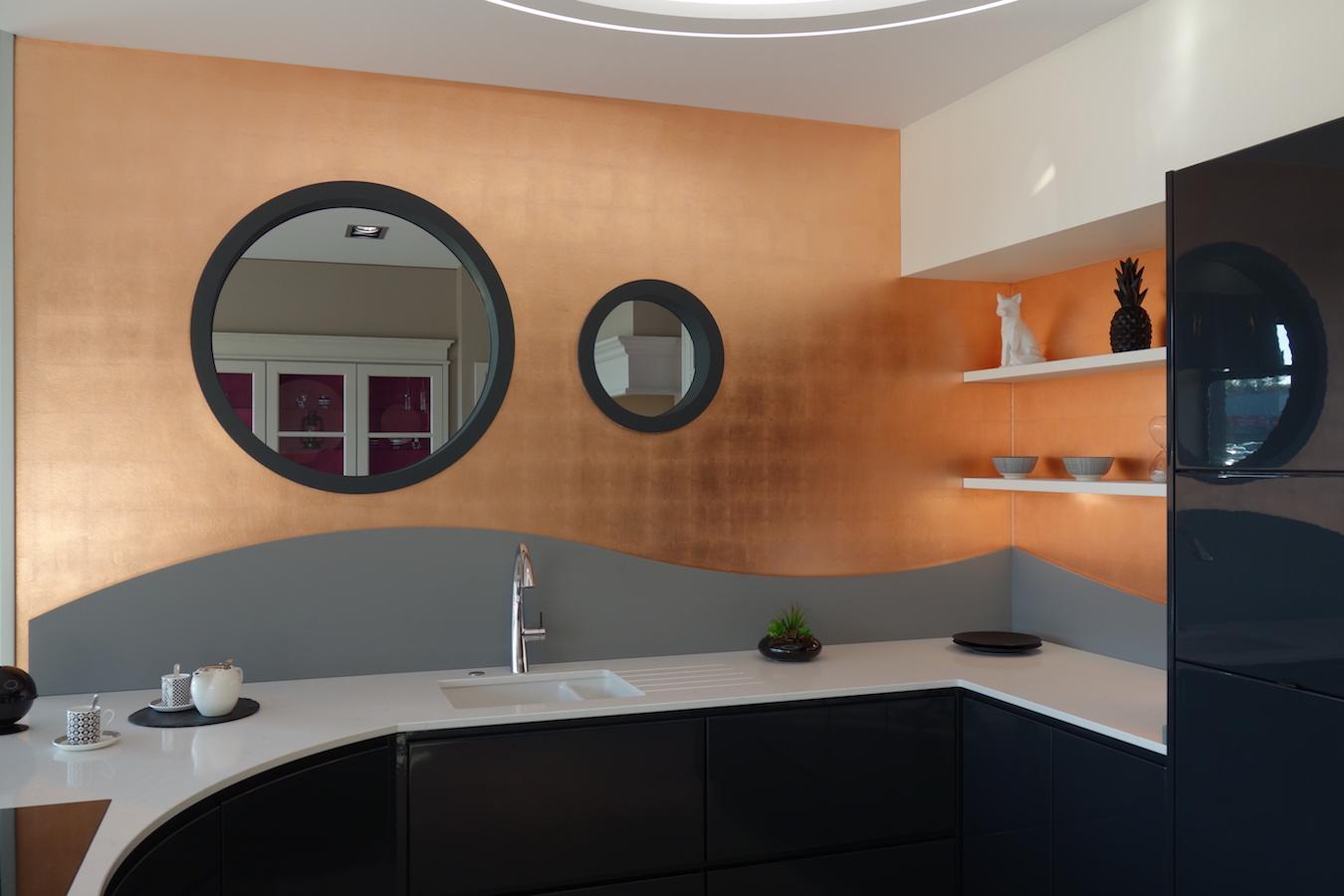 murs dor s la feuille de cuivre naturelle pour le showroom des cuisines gravouille ancenis. Black Bedroom Furniture Sets. Home Design Ideas