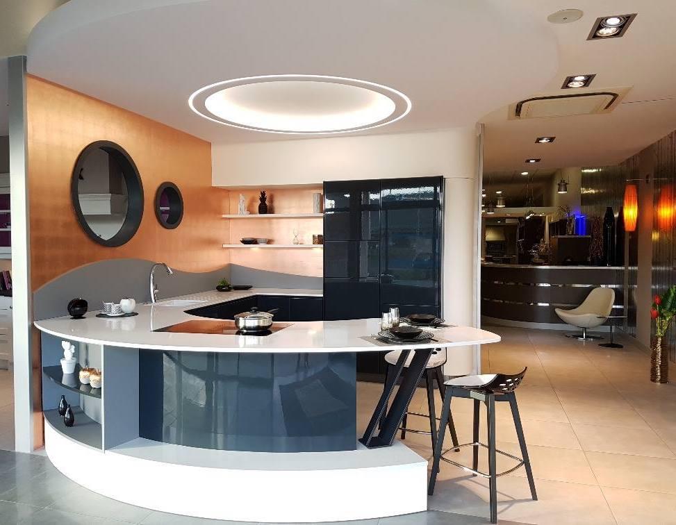 Murs dor s feuilles de cuivre pour showroom cuisines for Cuisine gravouille